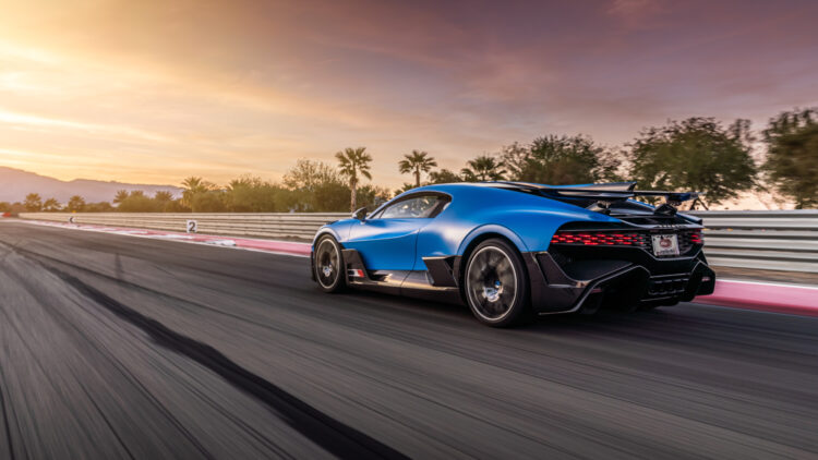 Bugatti announced the delivery of three Bugatti Divos to customers in California, USA, in early January 2021. These cars are three of the four Divo vehicles commissioned through the dealership partner Bugatti Beverly Hills